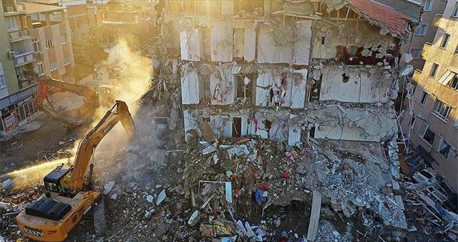 İzmir'deki depremde yıkılan binalarla ilgili gözaltına alınan 9 şüpheli adliyeye sevk edildi