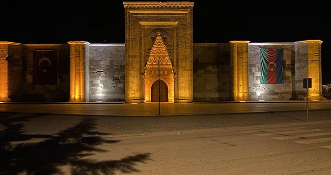 Sultanhanı Kervansarayı'na Azerbaycan bayrağı asıldı
