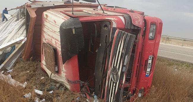 Konya Kulu'da kamyon şarampole devrildi: 2 yaralı