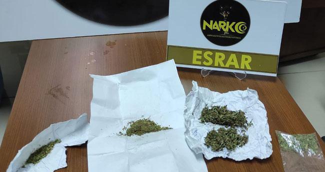 Konya'da uygulama noktasında kaçmak isteyen şahıslar 25 gram esrarla yakalandı