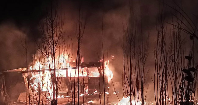 Konya'da park halindeki minibüs alev alev yandı