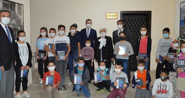 Konya'da hayırsever Aynur Kasabalı, öğrencilere tablet dağıttı