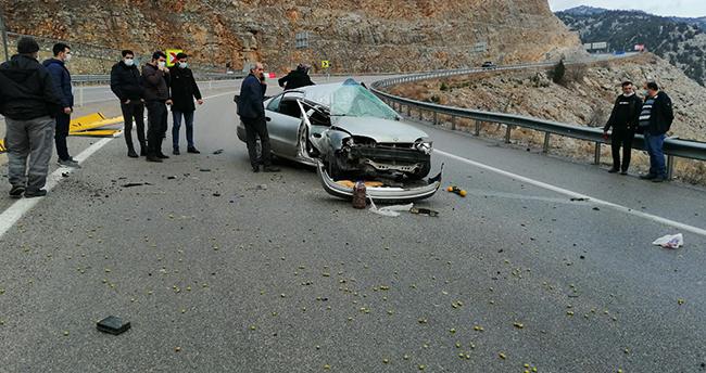 Konya'da otomobil yön levhasına çarptı: 1'i ağır 3 yaralı