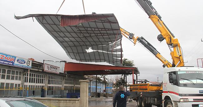 Beyşehir'de rüzgardan uçan çatı, başka bir iş yerinin çatısına düştü