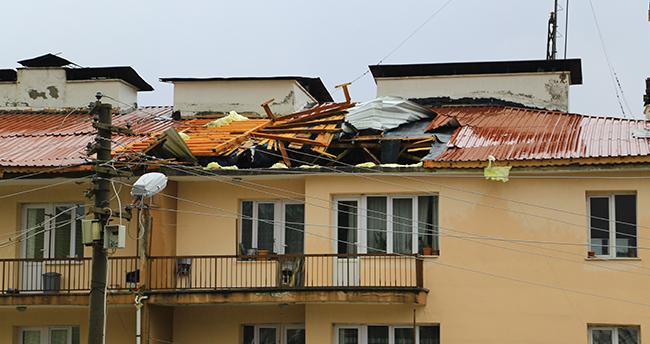 Konya'da fırtına dehşeti! O ilçede şiddetli rüzgar nedeniyle bir okul ile evin çatısı uçtu