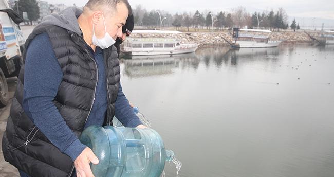 Beyşehir Gölü'ndeki su çekilmesine dikkat çekmek için yağmur sularını damacanalarla göle boşalttı