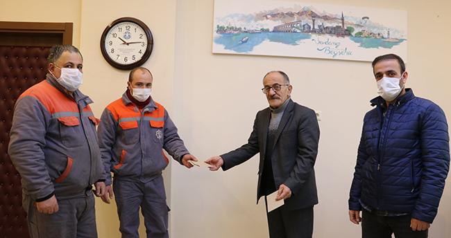 Konya'da pazar yerinde bulunan parayı sahibine ulaştıran temizlik görevlileri ödüllendirildi