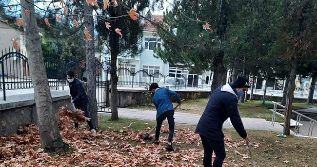 Seydişehir'de bazı gençler camilerde temizlik yapıyor