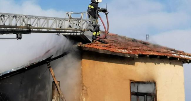 Konya'da bir evde sobadan yangın çıktı, 3 kişi hastanelik oldu