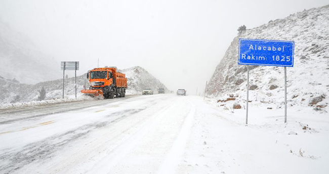 Beklenen haber! Antalya-Konya kara yolunda kar kalınlığı 10 santime ulaştı