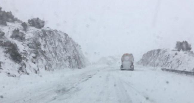 Kar yağışı Konya-Antalya kara yolunda ulaşımı aksatıyor