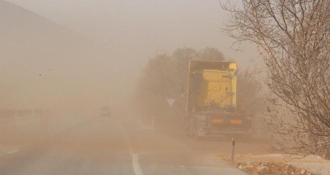 Karaman- Konya kara yolunda toz fırtınası! Tırın konteyneri uçtu