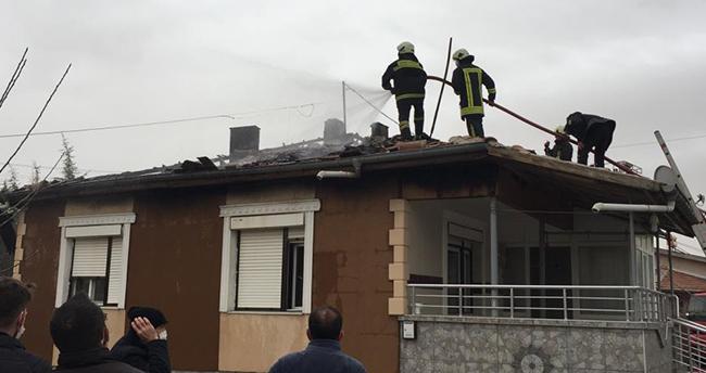 Konya'da evde çıkan yangında çatı tamamen yandı