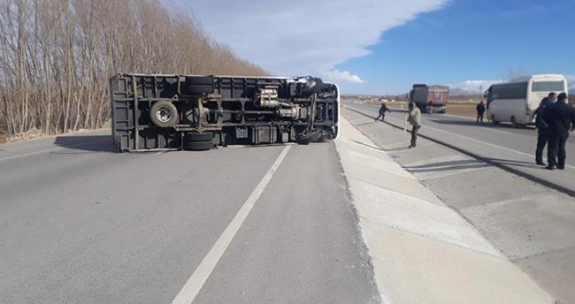 Konya'da fırtına nedeniyle kontrolden çıkan kamyon devrildi