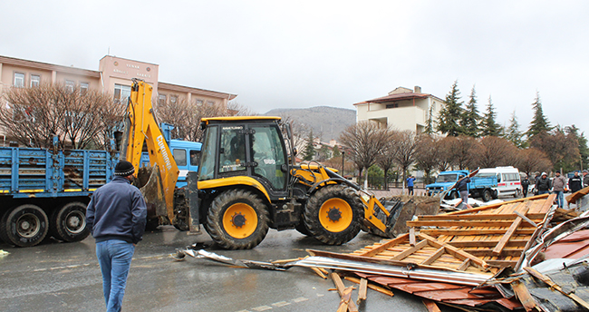 Konya'nın ilçelerinde kuvvetli rüzgar etkili oldu! Çatılar ve reklam tabelaları uçtu