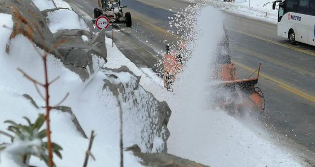 Antalya-Konya kara yolunda kar temizleme çalışmaları devam ediyor