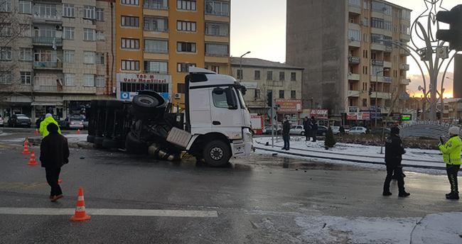 Konya'da gıda maddesi taşıyan tır devrildi! Sürücü yara almadan kurtuldu