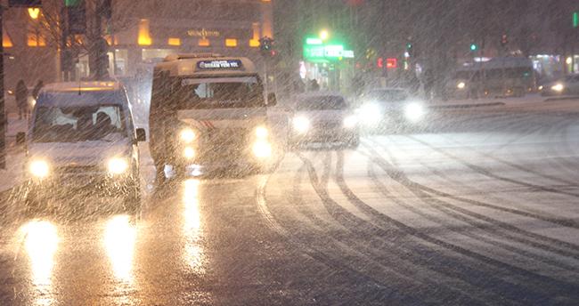 Konya'da devam eden kar yağışı cadde ve sokaklar beyaz örtüyle kaplandı