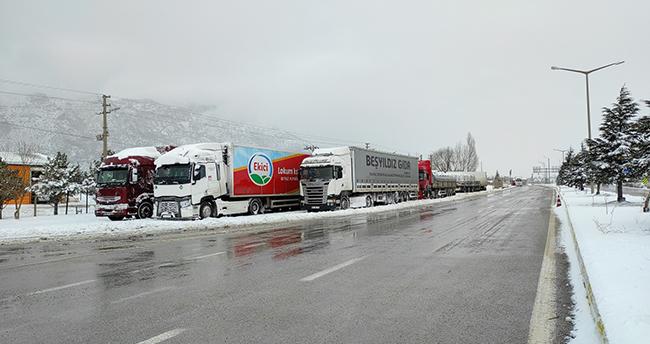 Konya-Antalya kara yolunda kar ve tipi etkili oluyor! Ulaşım güçlükle sağlanıyor