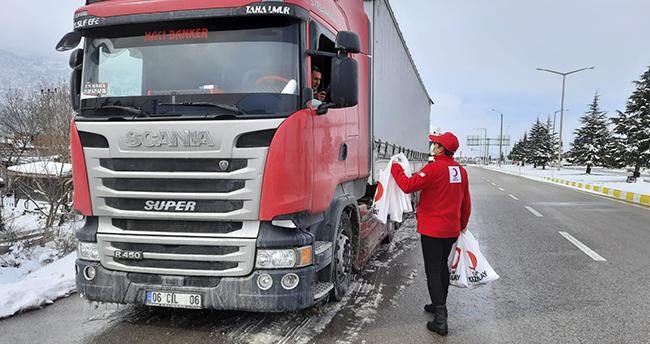 Konya- Antalya yolunda mahsur kalan araç sürücülerine Kızılay'dan kumanya