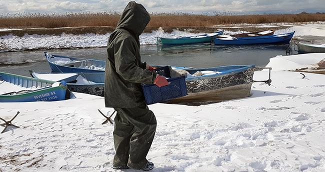 Konya'da balıkçılar eksi 18 derecede donan Beyşehir Gölü'nde buzları kırarak avlanıyor