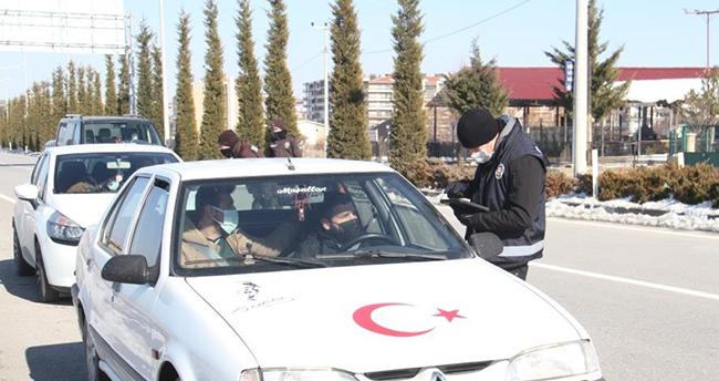 Konya'da uygulama yapan polisleri görüp geri geri giden araçlara ceza kesildi