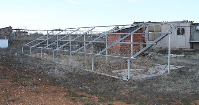 Konya'da güneş panelleri çalınan çiftçiler tarlada hırsız nöbeti tutuyor