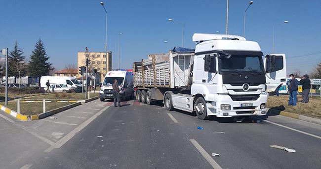 Konya'da tır, tarım aracına çarptı: 1 yaralı