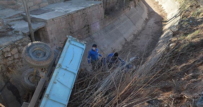 Aksaray'da su kanalına devrilen traktörün sürücüsü yaralandı