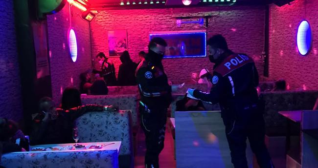 Konya'da yasağa rağmen açık olan mekana baskın yapıldı! 25 kişi…