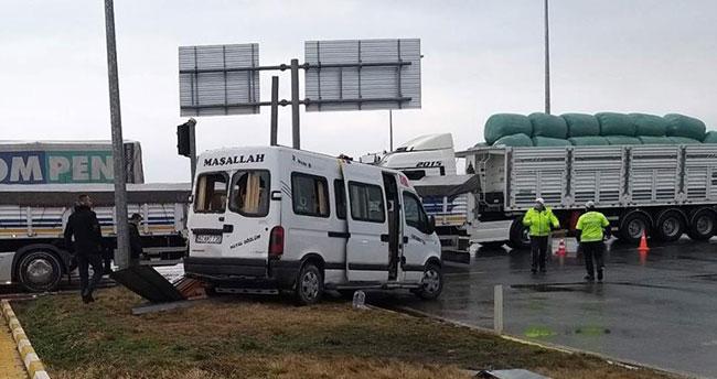 Konya'da tarım işçilerini taşıyan minibüs ile tır çarpıştı: 8 yaralı