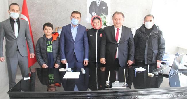 Beyşehir Kaymakamı Özdemir, başarılı milli tekvandocuyu altınla ödüllendirdi
