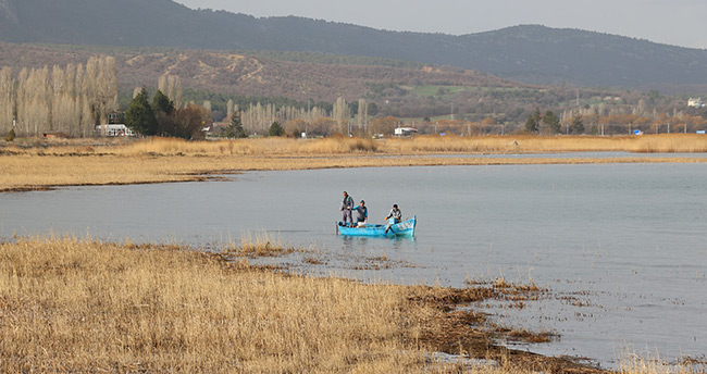 Beyşehir'de göl kıyılarında sinekle mücadele devam ediyor