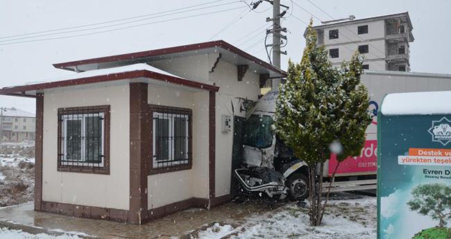 Aksaray'da çarpışan kamyonetlerden biri muhtarlığa girdi: 4 yaralı