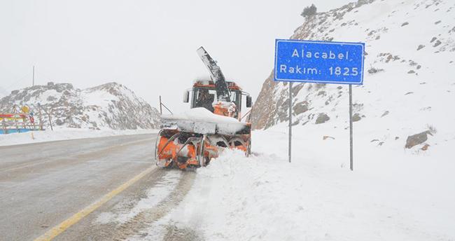 Kar kalınlığının 1 metreye ulaştığı Antalya-Konya karayolunda kartpostallık görüntüler