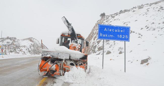 Antalya-Konya kara yolunda karla mücadele çalışmaları sürüyor