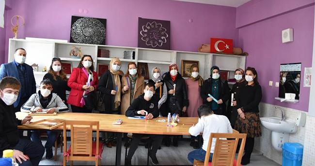 Konya protokolü eşlerinden özel öğrencilere ziyaret