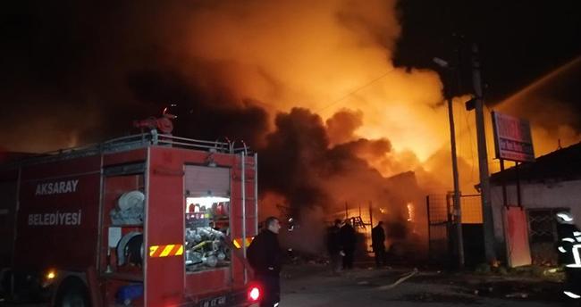 Aksaray'da geri dönüşüm deposu alev alev yandı