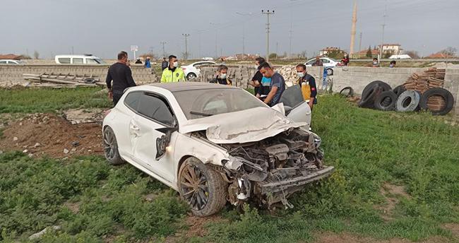 Aksaray – Konya kara yolunda şarampole düşüp 300 metre giden otomobil bahçe duvarından içeri girdi